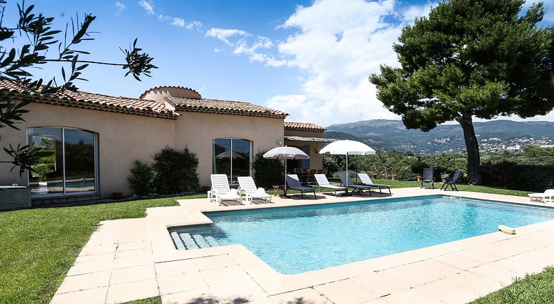 JDV Holidays Villa Oliviers, 3 bedroom, private with large heated pool & gardens, holiday rental in Tanneron