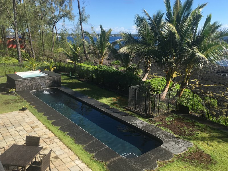 Absolute Oceanfront Luxury Home w/ Private Pool & Hot Tub near Volcano Park, alquiler de vacaciones en Hilo