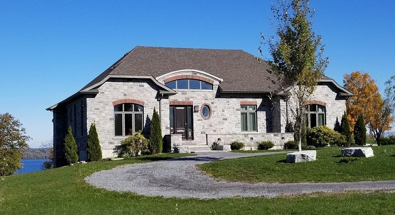 Loyalist House with spectacular views of the Bay of Quinte