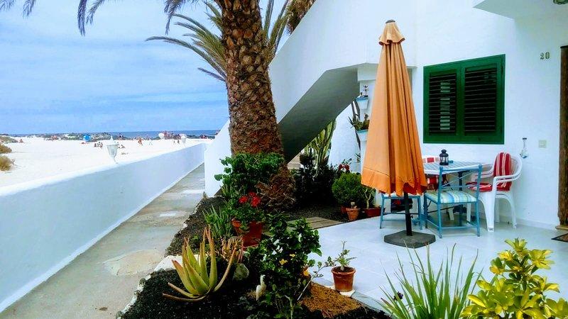 Apartamento 'Nire Lula'en la misma playa con acceso directo, aluguéis de temporada em La Oliva