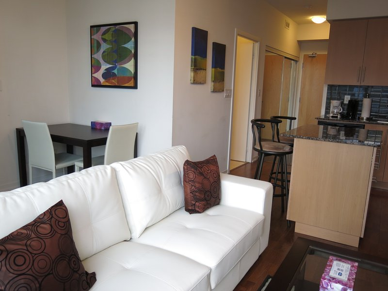 1 Bed + Den Stylish Downtown Condo Harbourfront, alquiler de vacaciones en Toronto