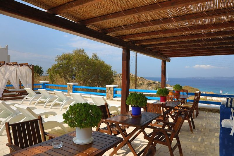 Maganos Suite Tria: Amazing sunset views, for 2 persons, enjoys a shared pool, vacation rental in Paraga