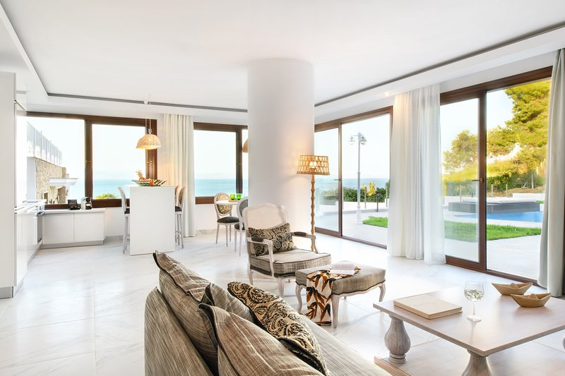 Deluxe Suite | Private Pool [Villa D'Oro], location de vacances à Paliouri