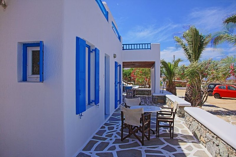 Maganos Epta:Traditional one bedroom apt, for 2 persons, enjoys a shared pool, vacation rental in Paraga