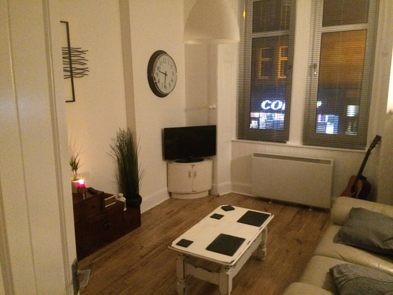 Whole 1 bedroom flat, free parking/wifi/cable!, holiday rental in Glasgow