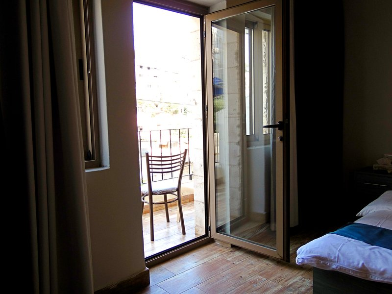 Double room with balcony near Downtown, holiday rental in Ar-Rusaifa