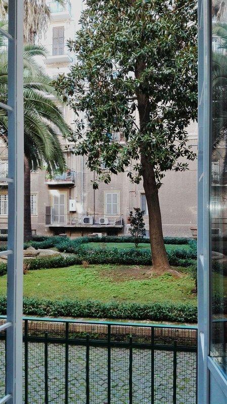 Balcón con vista al patio del condominio.