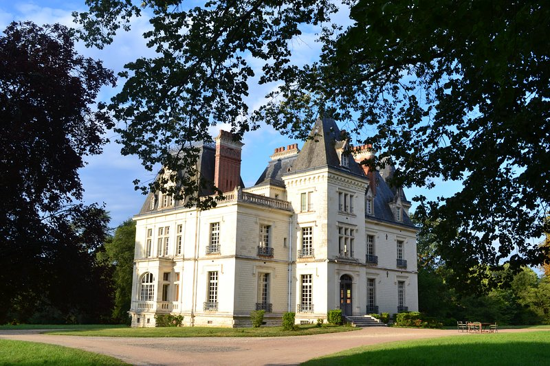Prestigious private lodging in a chateau, holiday rental in Ballan Mire