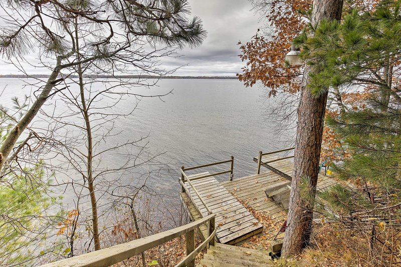 Grindstone Lake Waterfront Retreat w/ Dock & Deck, alquiler de vacaciones en Radisson