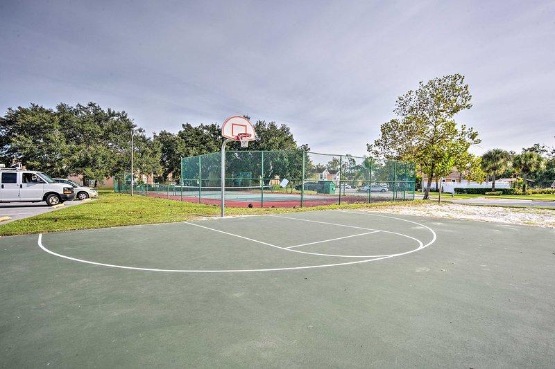 Faites une partie de basket sur le terrain de basket.