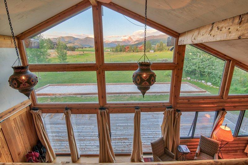 Les baies vitrées offrent une vue imprenable sur Teton.