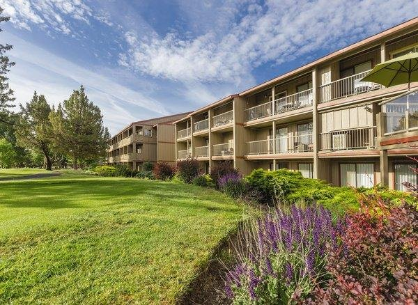 Redmond, OR: 1 Bedroom Suite with Balcony, Mini Kitchen, 2 Pools, 3 Golf Courses, holiday rental in Crooked River Ranch