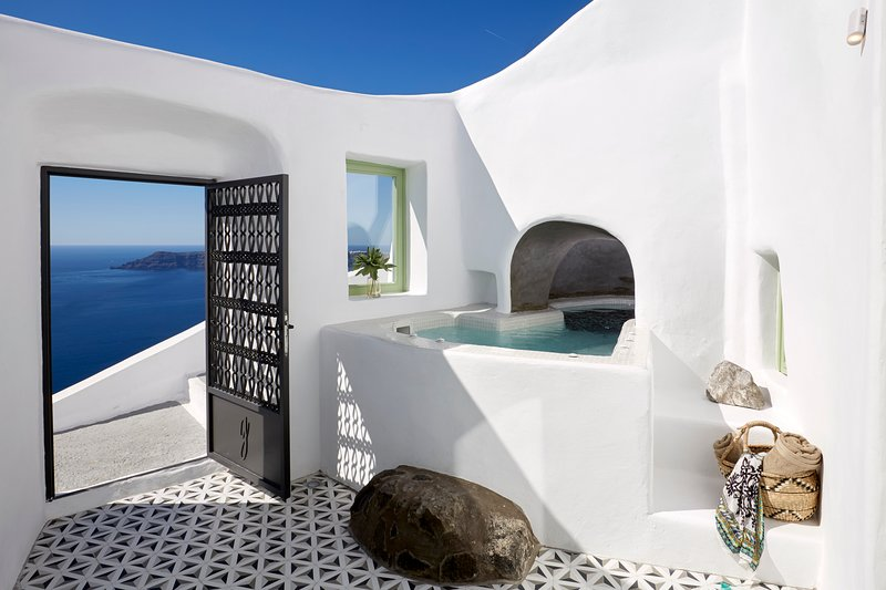 Luxury Villa, Volcano View, Outdoor Heated Jacuzzi, holiday rental in Imerovigli