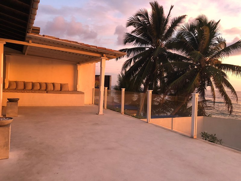 Unawatuna Beach, 3 bed, air-conditioned B&B - Stunning view over Unawatuna Beach, aluguéis de temporada em Galle