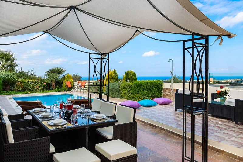 Villa Althaea, Full privacy, close to amenities, wonderful sea views!, holiday rental in Mesi