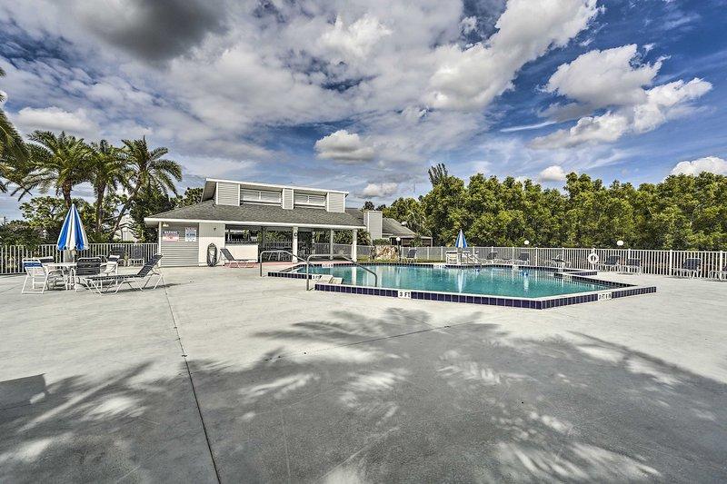 Trascorri la giornata rilassandoti accanto alla piscina.