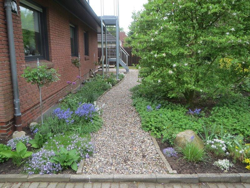 Chemin de galets vers l'appartement et le jardin des invités