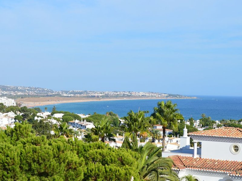 Casa Conquilha Charming two bedroom apartment with Seaview near beaches, aluguéis de temporada em Porches