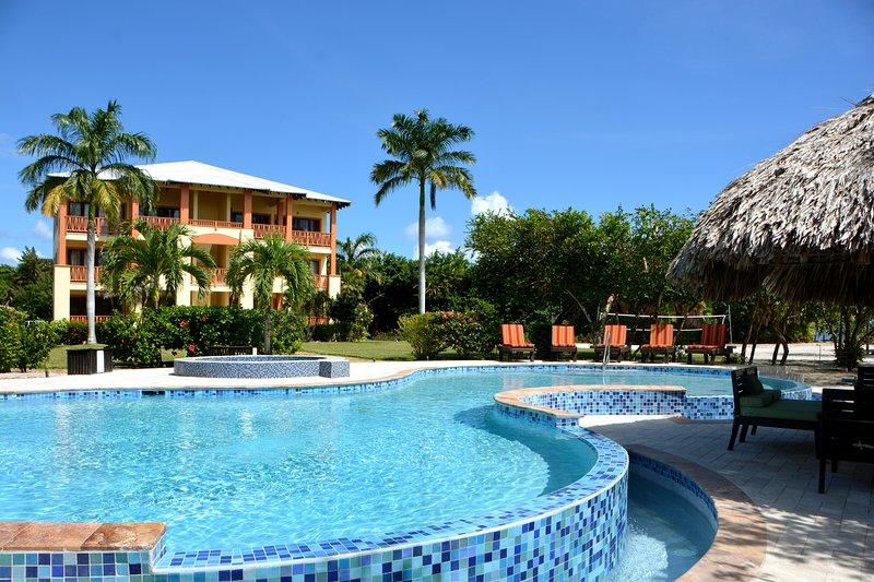 """Villas at Cocoplum - #231, 2 Bedroom Penthouse, """"Pelican"""", aluguéis de temporada em Seine Bight Village"""
