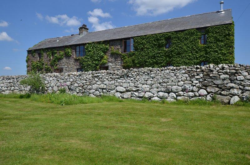 Hayloft: A delightful barn conversion on an organic working farm FL027, vacation rental in Dyffryn Ardudwy