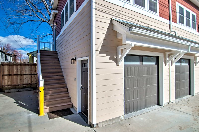 Una rampa di scale conduce alla proprietà.