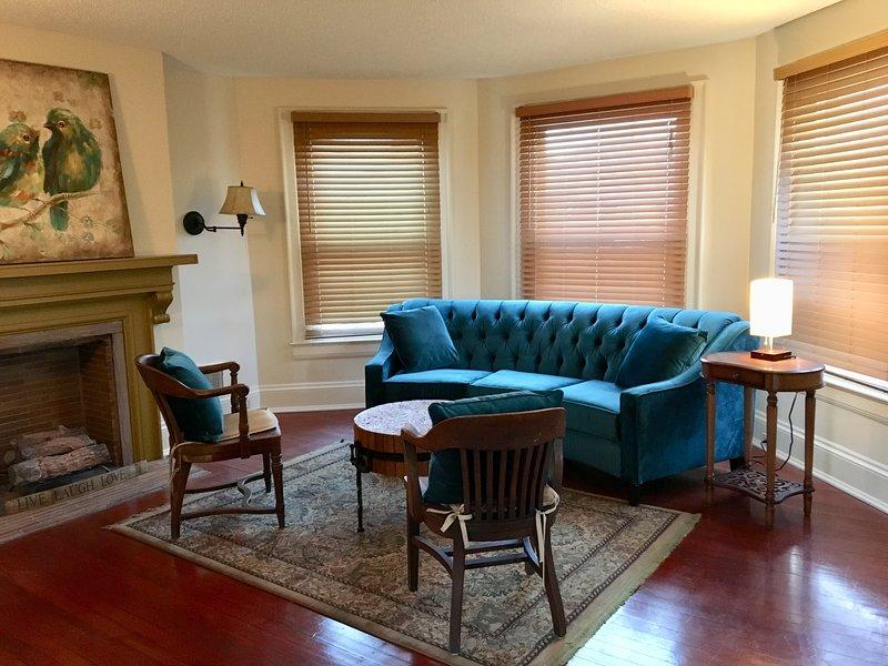 Sala de estar del segundo piso con chimenea decorativa.