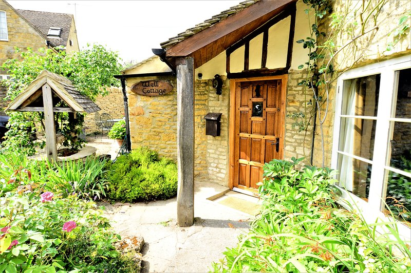 Unique 16th Century Jacobean Cottage, 2 min walk to shops, parking, quiet lane!, holiday rental in Bourton-on-the-Water