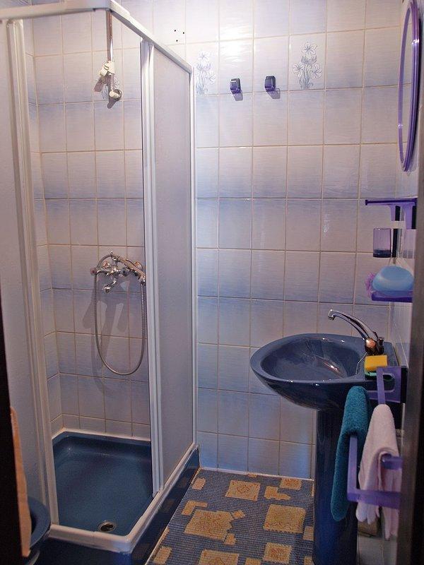 A2 (2 + 3): baño con inodoro.