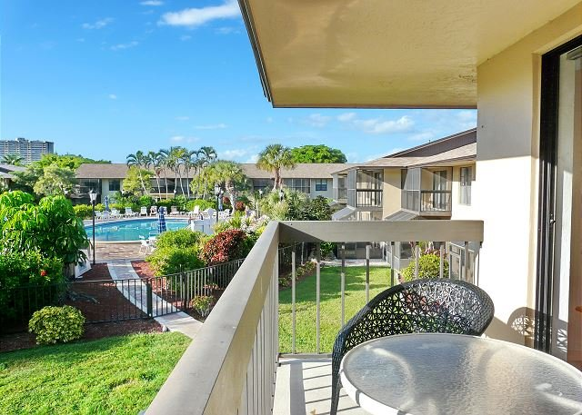 Inviting condo w/ heated pool just a short walk from the beach, location de vacances à Goodland