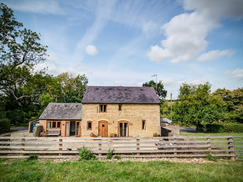 LITTLE BARN, 2 bedrooms and perfect for travellers, Ascott, vacation rental in Sibford Gower