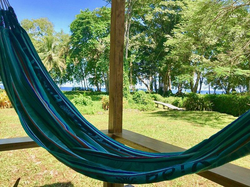 Mar Beachfront cozy bungalow perfect for couples, alquiler vacacional en Pejibaye