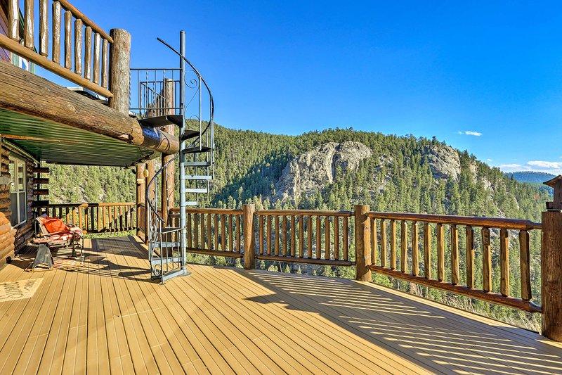 'Cabin on Elk Creek' si basa su 16 ettari privati con accesso al torrente.