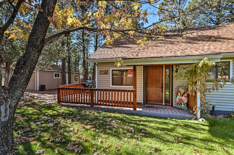 Heber-Overgaard Cabin w/ Deck in National Forest!, holiday rental in Forest Lakes