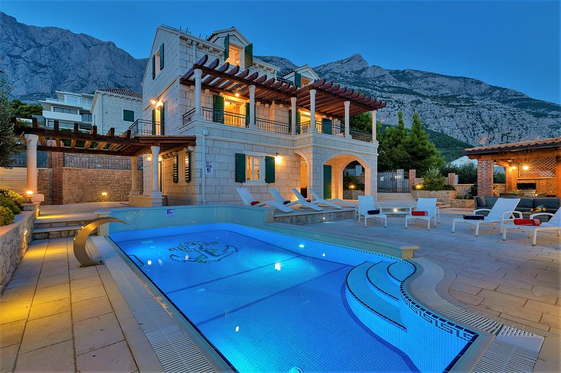 High-Lux Villa Vikki with pool and sea view, alquiler de vacaciones en Makarska