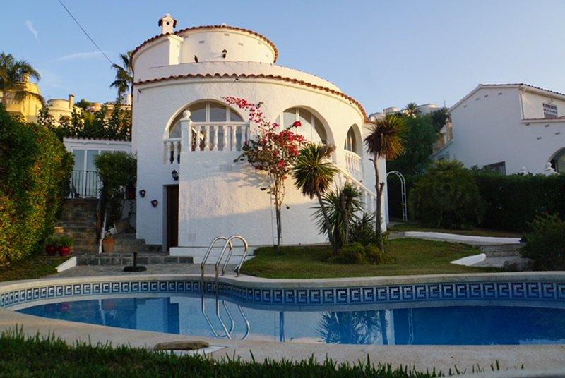 Luxury villa near Valencia, 10p, 4 bedrooms/3 bathrooms, ocean view, pool, BBQ, holiday rental in Alcala de Xivert