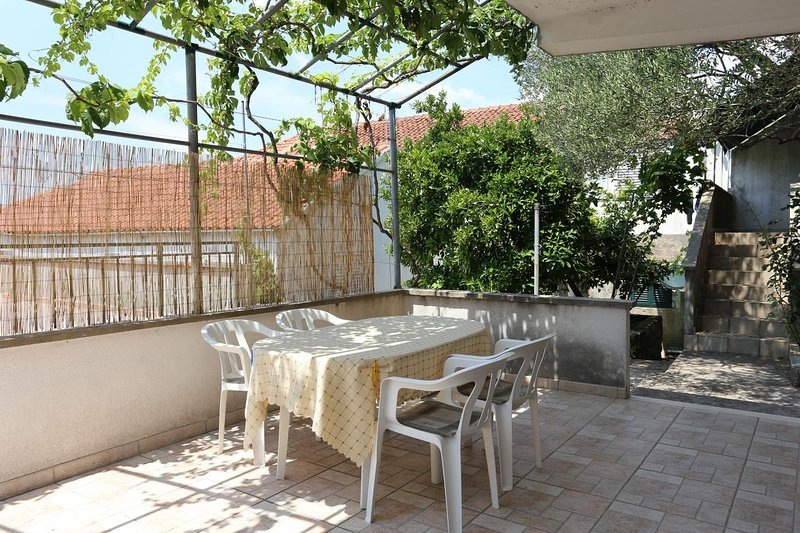 Blazevo Apartment Sleeps 5 with Air Con - 5459153, alquiler de vacaciones en Drace