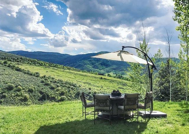 Hillside Estate w/ Private Hot Tub, Sauna & Mountain Views - Near Skiing, casa vacanza a Wolcott