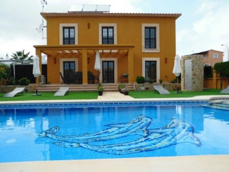 VILLA VILCHES -  4 bedrooms, pool with big garden area, aluguéis de temporada em Sa Coma