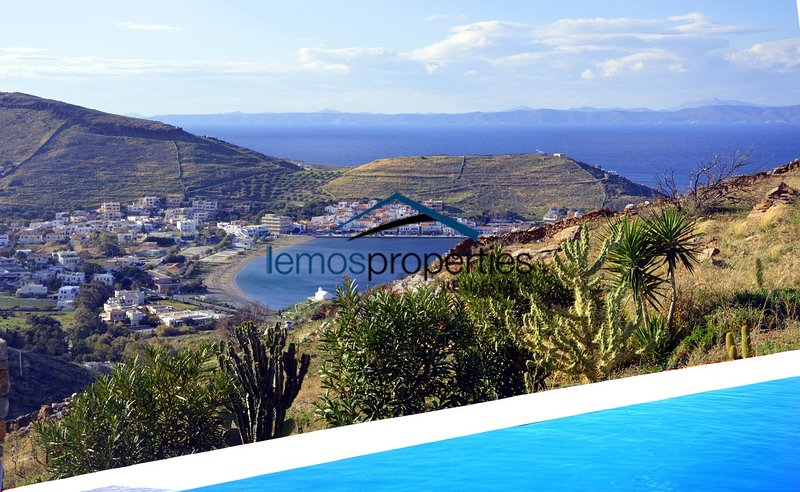 Charming and cozy villa with aswimming pool and sea view overlooking the Port, holiday rental in Korissia