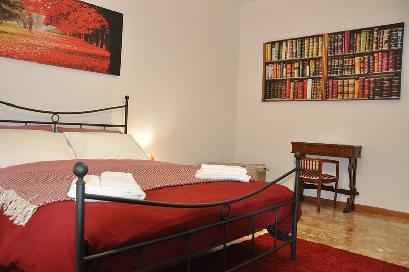 CityWalls Guest House Room 1 Triple Room, holiday rental in Treviolo