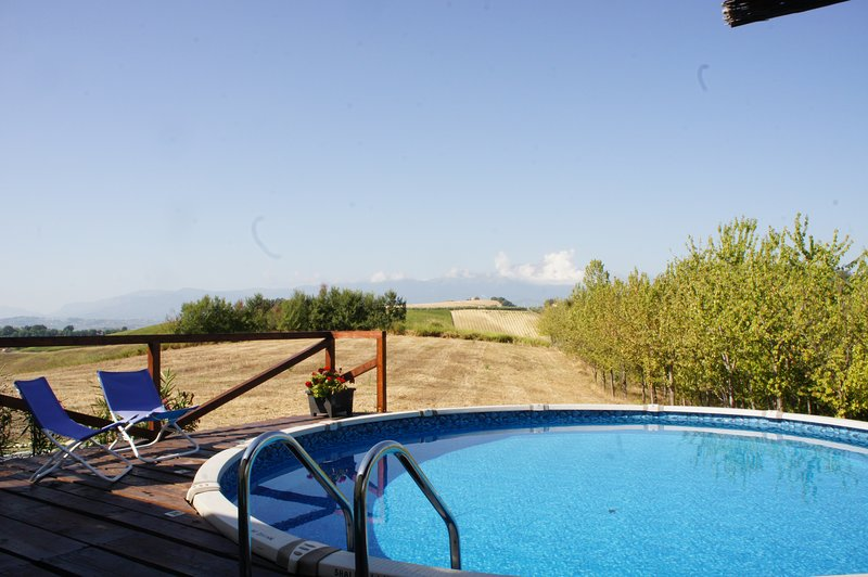 A Lovingly Restored Cottage With Secluded Private Pool, location de vacances à Castilenti