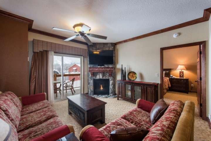 Sala de estar con sofá cama Queen, chimenea de gas y televisión de alta definición.