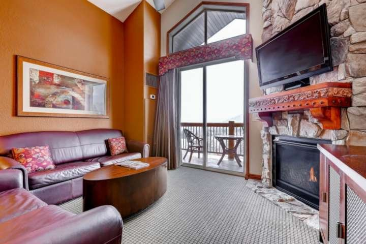 Queen sleeper sofa, gas fireplace, private balcony and 42' HDTV with cable and free WiFi