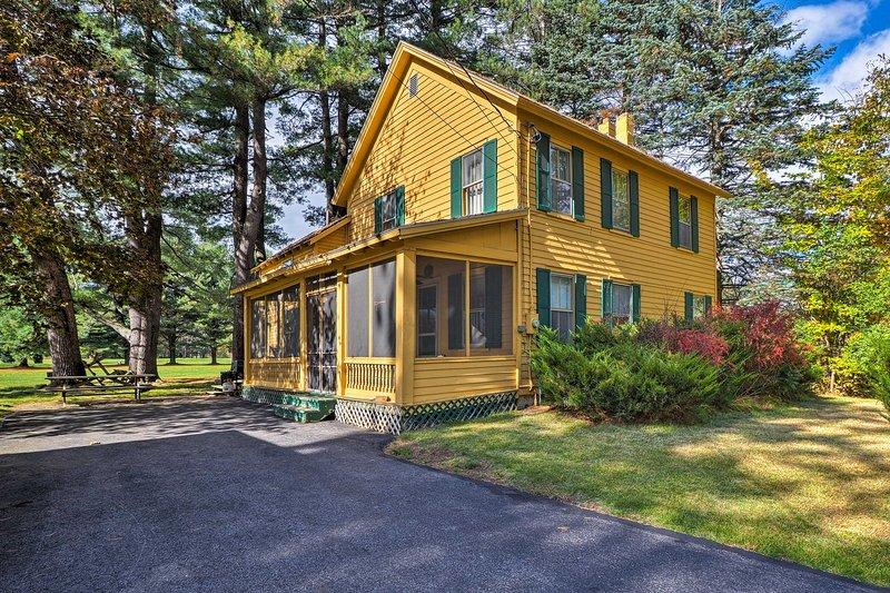 Northville Home on Golf Course - Walk to Lake, aluguéis de temporada em Johnstown