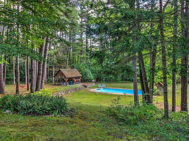 La maison à Keene se trouve sur 7 hectares et dispose d'une piscine creusée.