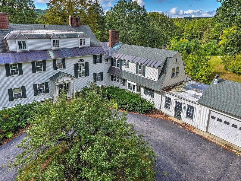 Colonial Keene House on 7 Acres w/ Pool!, alquiler de vacaciones en Harrisville