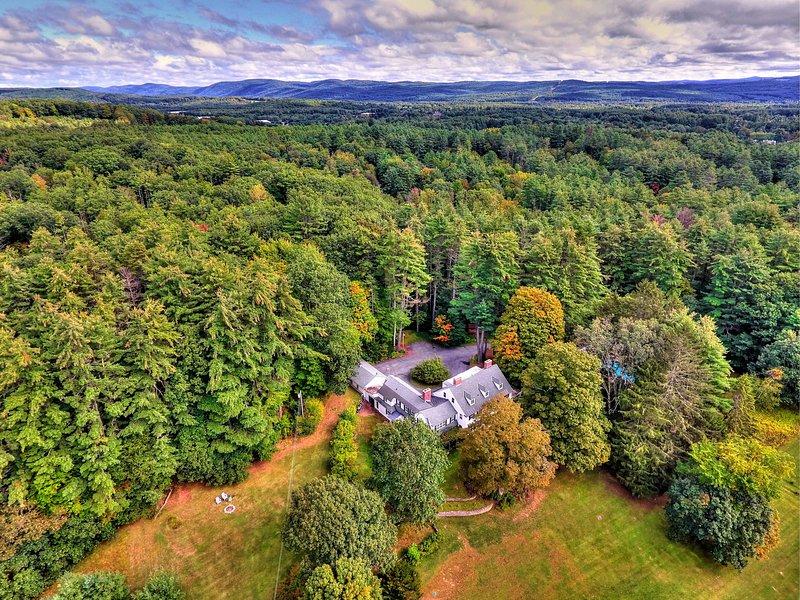 La maison est située sur un terrain de 7 acres, à seulement 10 minutes du centre-ville de Keene!