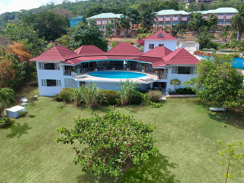 TopVilla incl. staff, pool, private beach&outdoorshower, alquiler vacacional en Jamaica