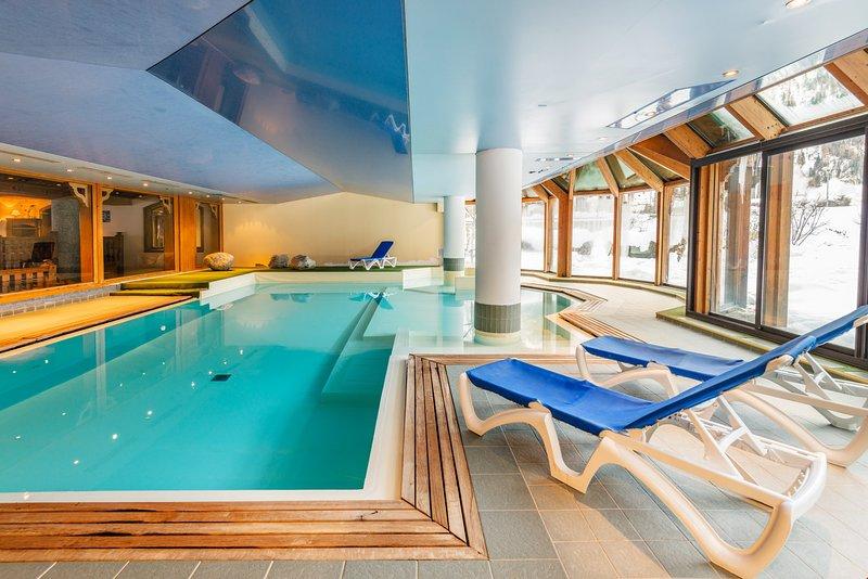 Dese un chapuzón en nuestra piscina cubierta, recuéstese en las tumbonas y relájese. (Nota: la piscina no estará abierta para el verano de 2019)