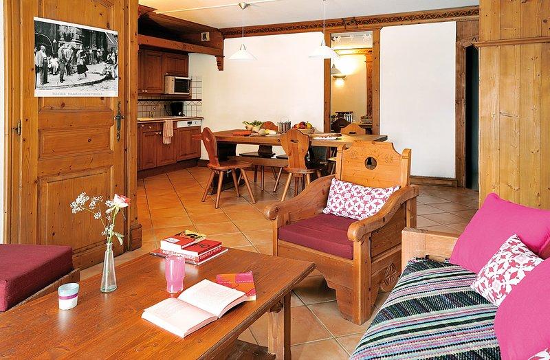 Encontre paz e tranquilidade com os seus amigos e familiares nesta sala de estar de conceito aberto impressionante com uma decoração natural.